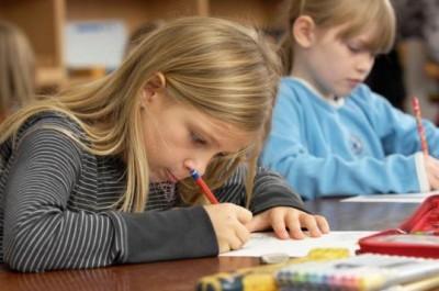 konzentrierte Kinder beim Arbeiten