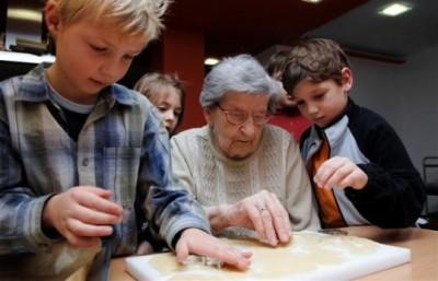 Kinder backen gemeinsam mit Rentnern