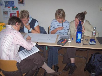 Kolleginnen und Eltern während der Arbeit