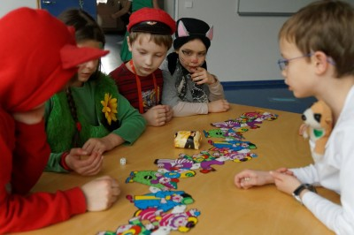 Kinder spielen mit Würfeln