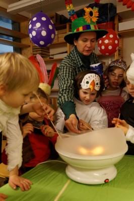 Kinder machen Zuckerwatte